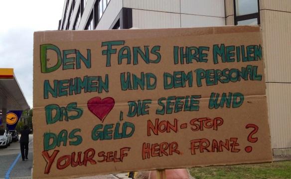 Streikplakat der Lufthansa-Kabine: Den Fans ihre Meilen nehmen und dem Personal das Herz, die Seele und das Geld. Non-Stop yourself Herr Franz?